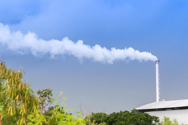 Ogromny komin fabryczny zanieczyszczający powietrze