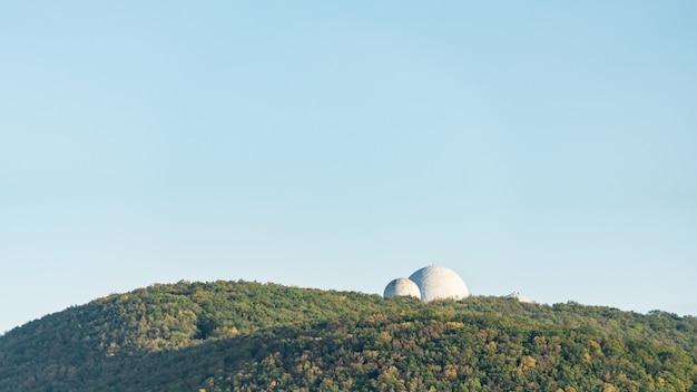 Ogromny radar z białą kulą znajdujący się w pobliżu noworosyjska.