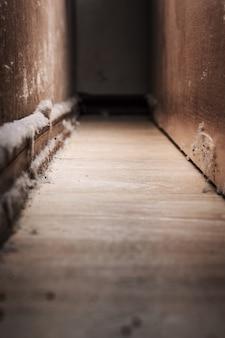Ogromny stos brudu na podłodze domu blisko podstawy