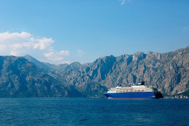 Ogromny wielopokładowy liniowiec wycieczkowy w zatoce kotorskiej