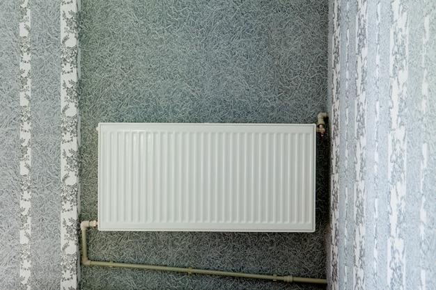 Ogrzewanie baterii w pokoju. przytulne ciepłe miejsce w domu. autonomiczne ogrzewanie