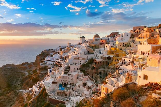 Oia lub ia o zachodzie słońca, santorini, grecja