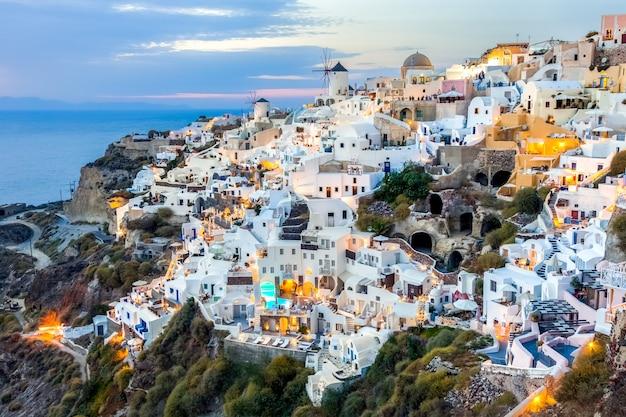 Oia wioska przy zmierzchem w santorini wyspie, grecja