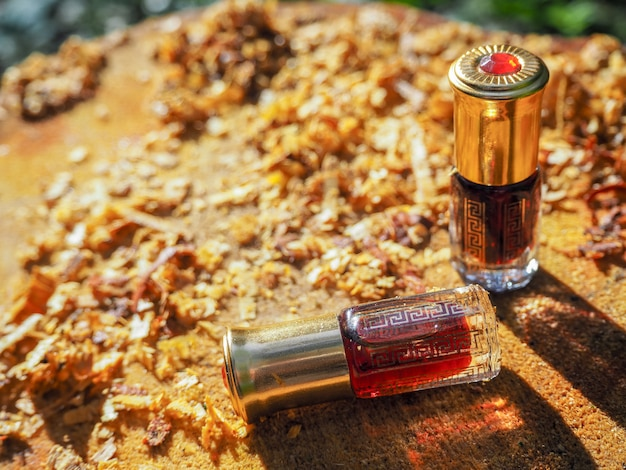 Oil oudh. arabski olej oud naturalne tło kory drzewa.