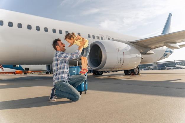 Ojciec bawi się z córką przed lotem