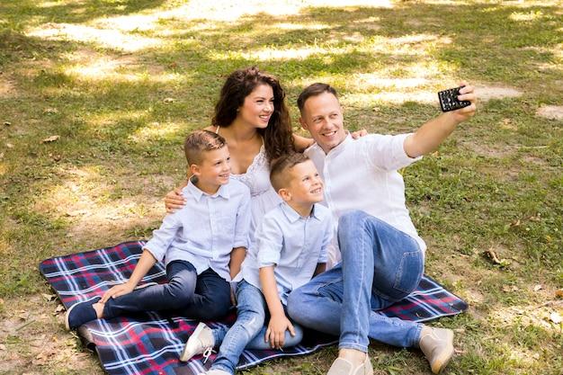 Ojciec bierze selfie z rodziną