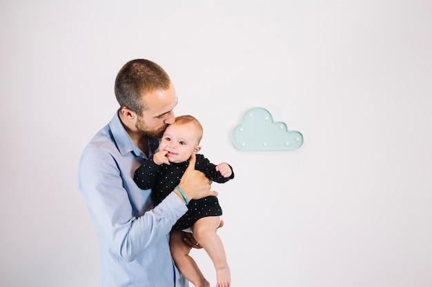 Ojciec całuje słodkie dziecko