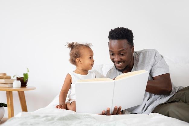 Ojciec czyta jej córeczkę
