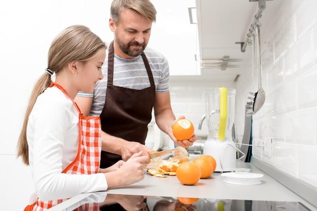 Ojciec gotowanie z nastolatką