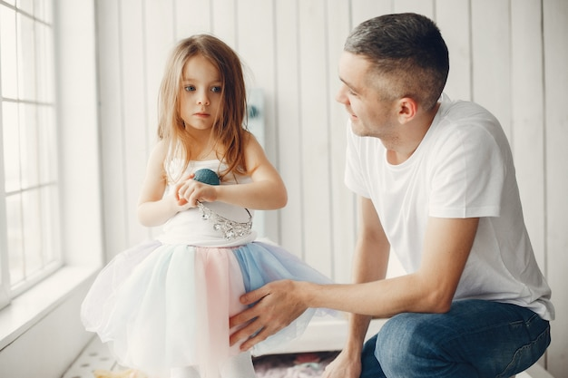 Ojciec gra z małą córeczką