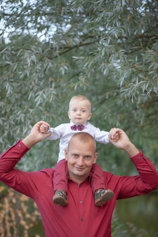 Ojciec gra z małym synem na przyrodę. szczęśliwa koncepcja rodziny