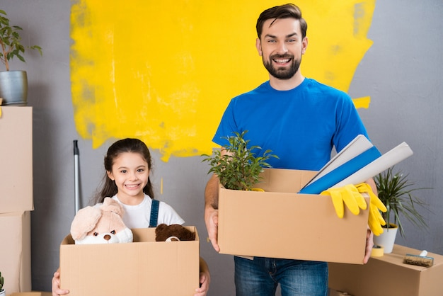 Ojciec i córeczka planują remont domu