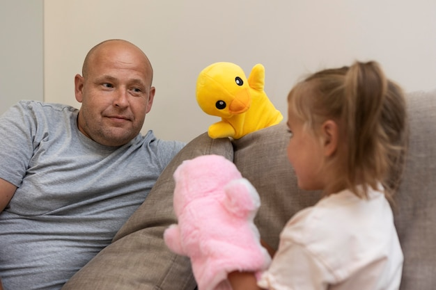 Ojciec i córka bawią się lalkami