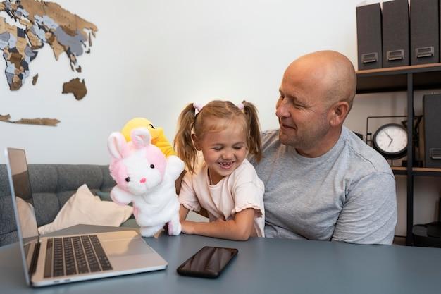 Ojciec i córka bawią się uroczymi lalkami