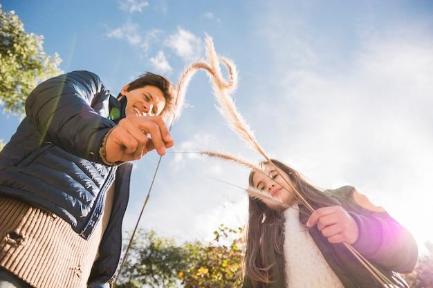 Ojciec i córka bawić się z płochami w parku