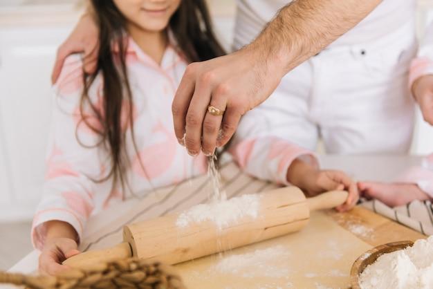 Ojciec i córka gotuje razem