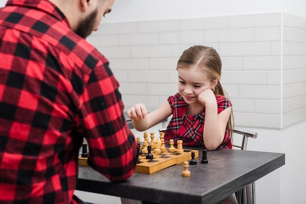 Ojciec i córka gra w szachy na dzień ojca