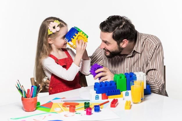 Ojciec i córka grają razem w gry edukacyjne