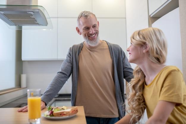 Ojciec i córka jedzą śniadanie w kuchni