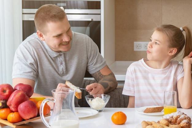 Ojciec i córka ma śniadanie w kuchni