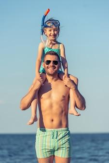 Ojciec i córka na plaży.