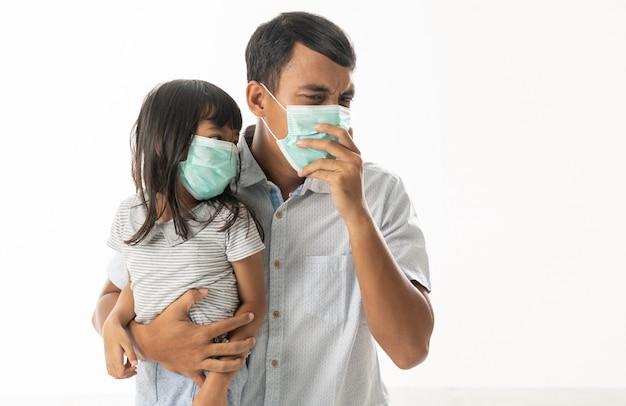 Ojciec i córka nosi maski na twarz