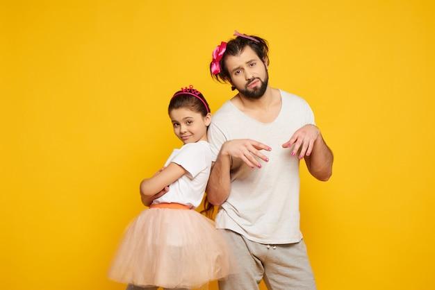 Ojciec i córka pozuje z malującymi gwoździami.