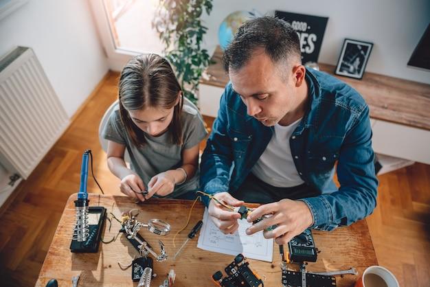 Ojciec i córka pracuje na komponentach elektronicznych