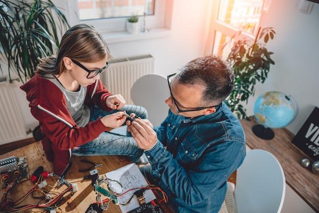 Ojciec i córka pracuje razem w warsztacie