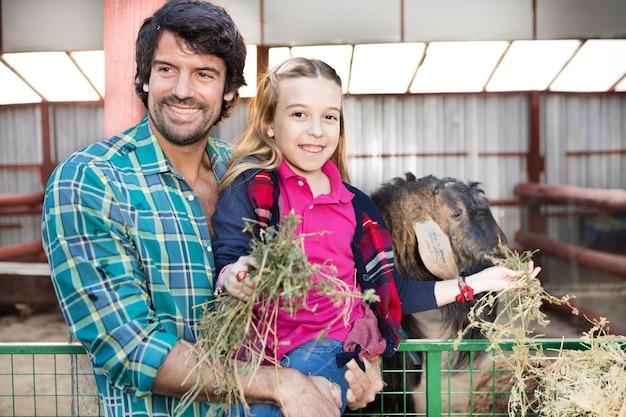 Ojciec i córka przyjmowania pożywienia dla zwierząt