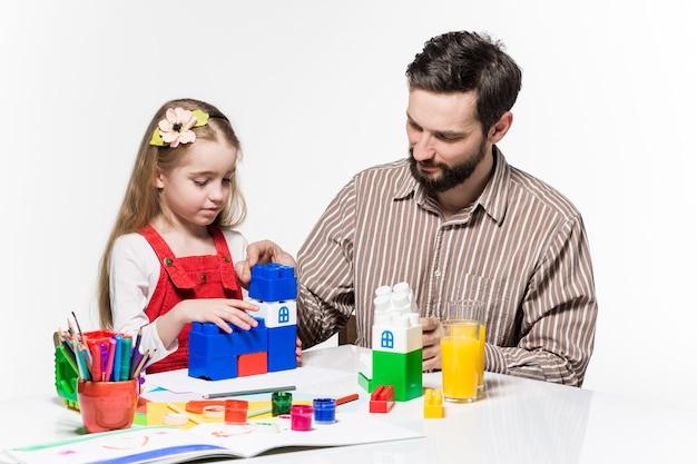 Ojciec i córka razem grają w gry edukacyjne