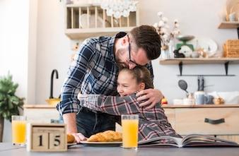 Ojciec i córka razem na stole śniadanie