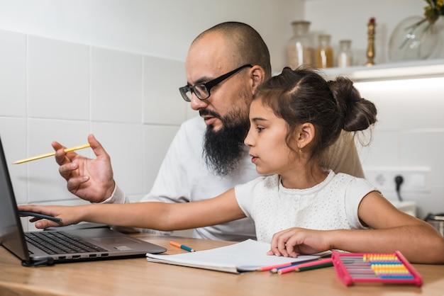 Ojciec i córka razem odrabiania lekcji.