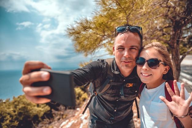 Ojciec i córka robi selfie z mądrze telefonem