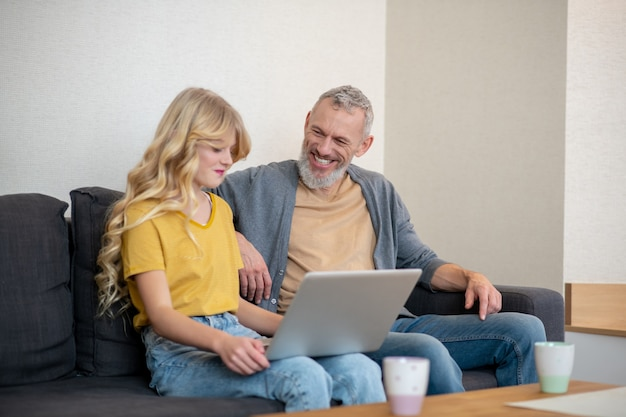 Ojciec i córka spędzają razem czas i dyskutują o czymś