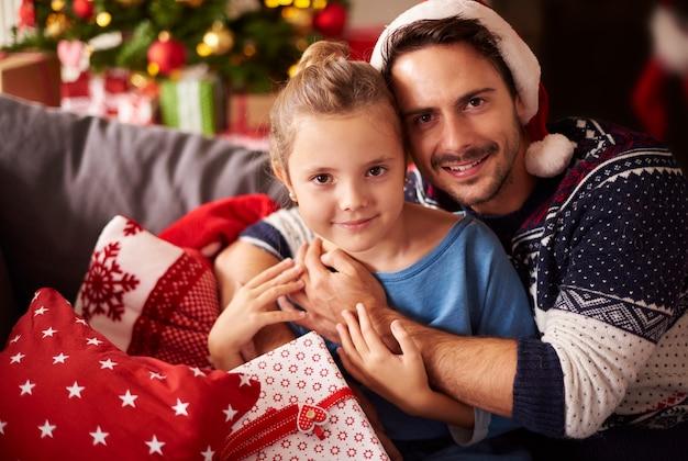 Ojciec i córka spędzają razem święta bożego narodzenia