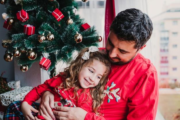 Ojciec i córka w domu w pasującej piżamie