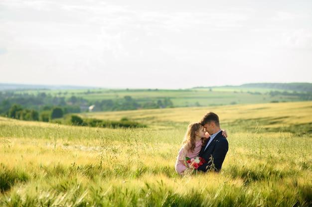 Ojciec i córka w zielonym polu pszenicy.