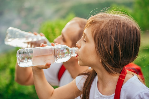 Ojciec i córka wody pitnej