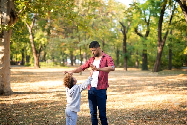 Ojciec i córka wspólnie spędzają czas w parku miejskim