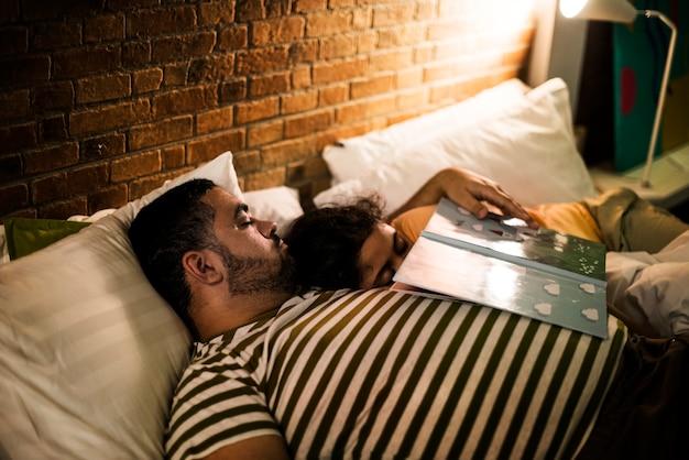 Ojciec i córka zasypiają podczas bajek na dobranoc