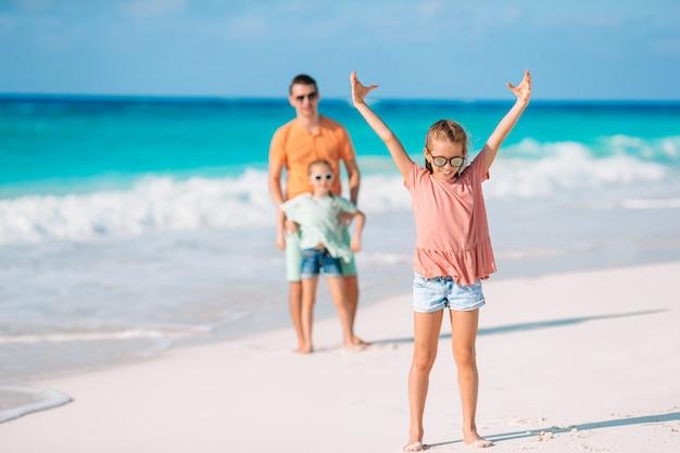 Ojciec i dzieci korzystających z wakacji na plaży