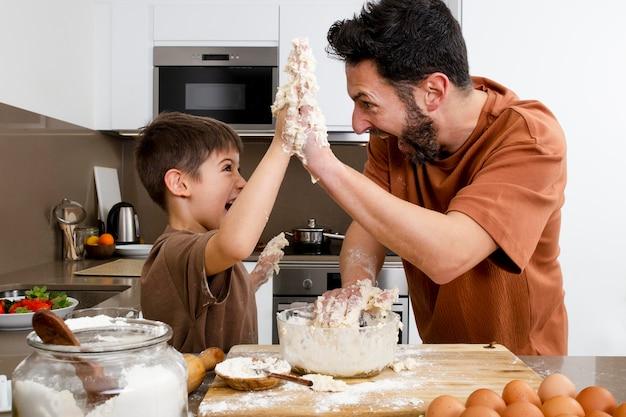 Ojciec i dzieciak przybijają średnią piątkę