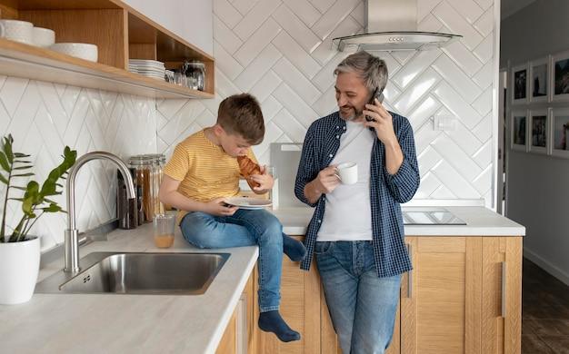 Ojciec i dzieciak w kuchni na średnim poziomie