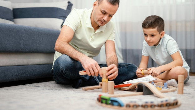Ojciec i dziecko bawią się razem w pomieszczeniu