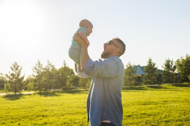 Ojciec i dziecko bawiące się na polu przyrody