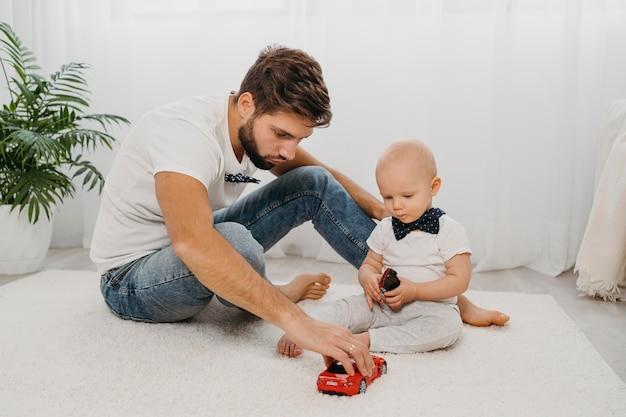 Ojciec i dziecko bawiące się razem w domu