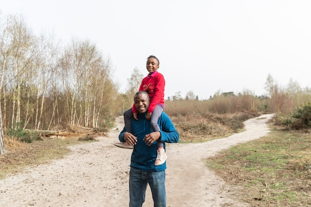 Ojciec i dziecko, wspólna zabawa na świeżym powietrzu