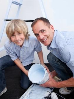 Ojciec i jego chłopiec uśmiecha się do kamery