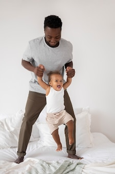 Ojciec i jego córeczka spędzają razem czas